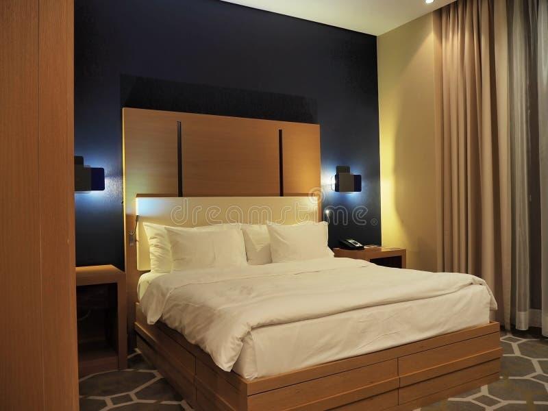 Gro?es Bett im Hotelzimmer Novotel Russland Sochi 05 10 2019 lizenzfreie stockbilder