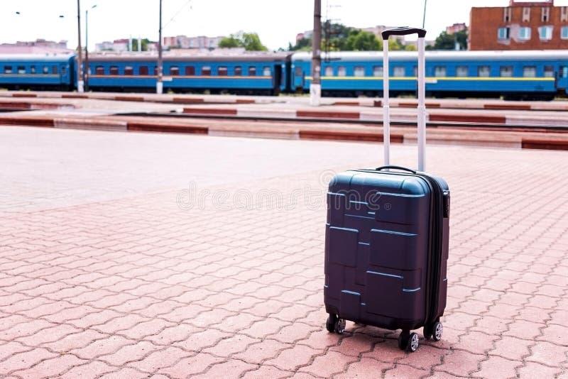 Gro?es Blau drehte den Koffer, der auf dem Boden im modernen Flughafenabfertigungsgeb?ude steht Kopieren Sie Platz stockbilder