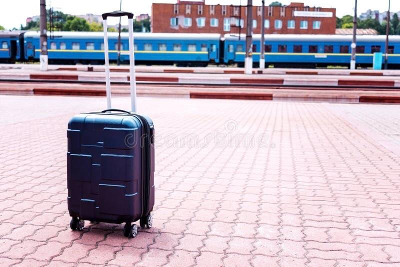 Gro?es Blau drehte den Koffer, der auf dem Boden im modernen Flughafenabfertigungsgeb?ude steht Kopieren Sie Platz lizenzfreies stockbild