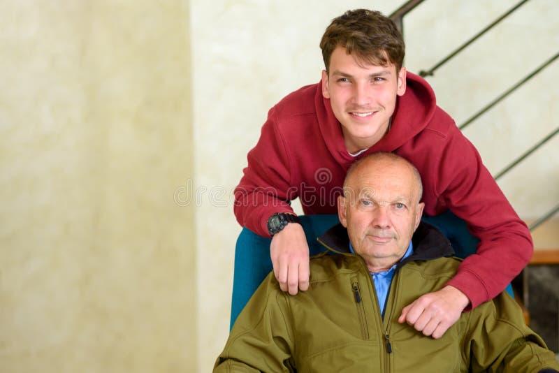 Gro?vater und sein Enkel, die zusammen Zeit verbringen stockfotos