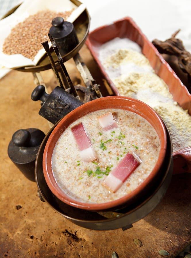 Groat de trigo mourisco com presunto imagens de stock
