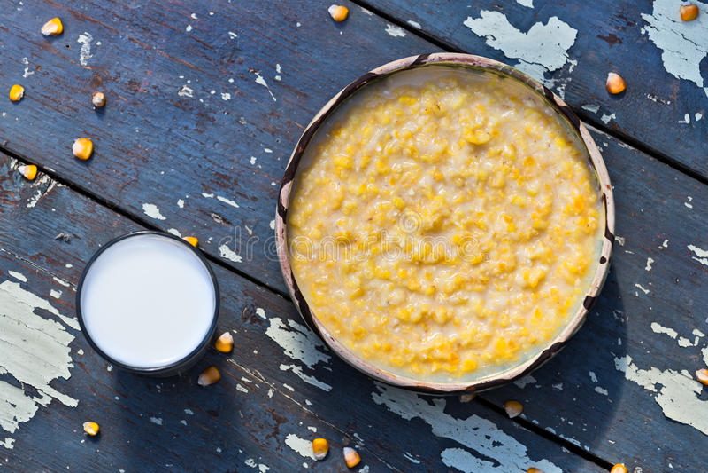Grob geriebener Mais mit Milch stockbilder
