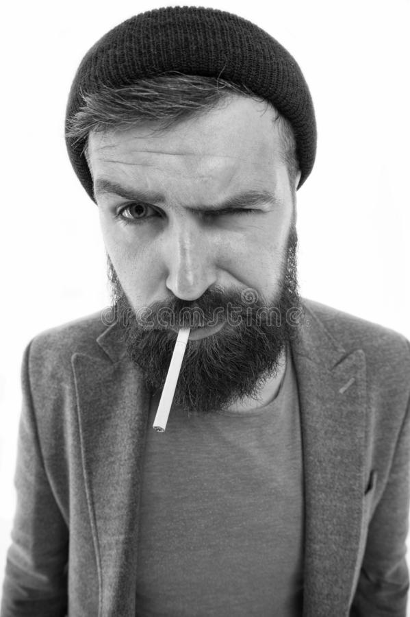 Grobe Gewohnheiten und Lebensstil des Vagabundn Grober b?rtiger Tabakraucher des Hippies Grober b?rtiger Hippie des Mannes wie ge lizenzfreie stockfotografie