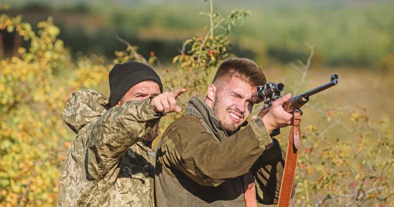 Grobe Wilderer der J?ger Verbotene Jagd Brechen des Gesetzes Pochierendes Konzept T?tigkeit f?r grobe M?nner J?gerwilderer lizenzfreie stockbilder