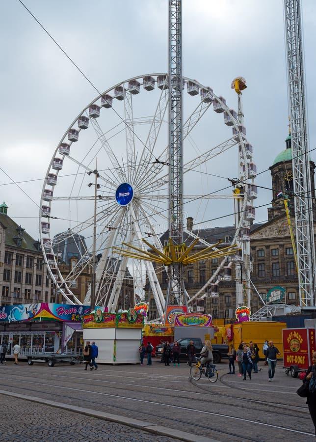 Grobelny kwadrat w Amsterdam z ferris kołem rozrywkowy Luna park w centre Holandie, Październik 12, 2017 zdjęcie royalty free