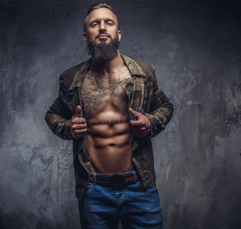 Grober bärtiger Mann in der Freizeitbekleidung lizenzfreies stockfoto