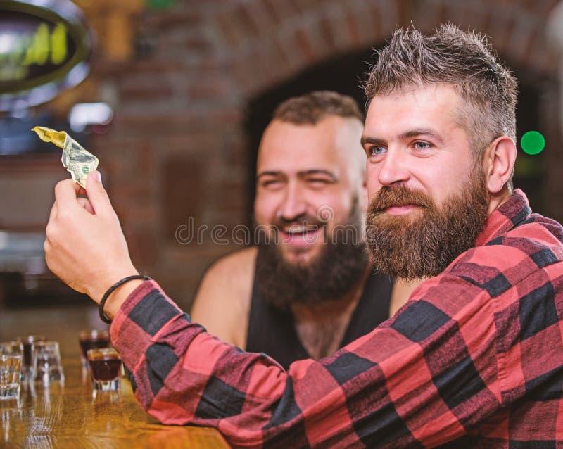 Grober b?rtiger Mann des Hippies Freizeit mit Freund am Stangenz?hler aufwenden M?nner, die an der Stange sich entspannen Freunds lizenzfreie stockfotografie