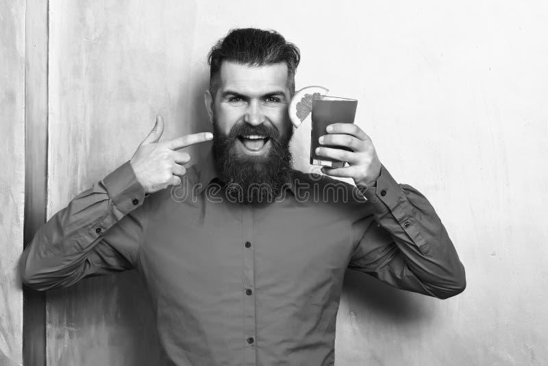 Grober kaukasischer Hippie, der tropisches alkoholisches frisches Cocktail h?lt lizenzfreies stockbild
