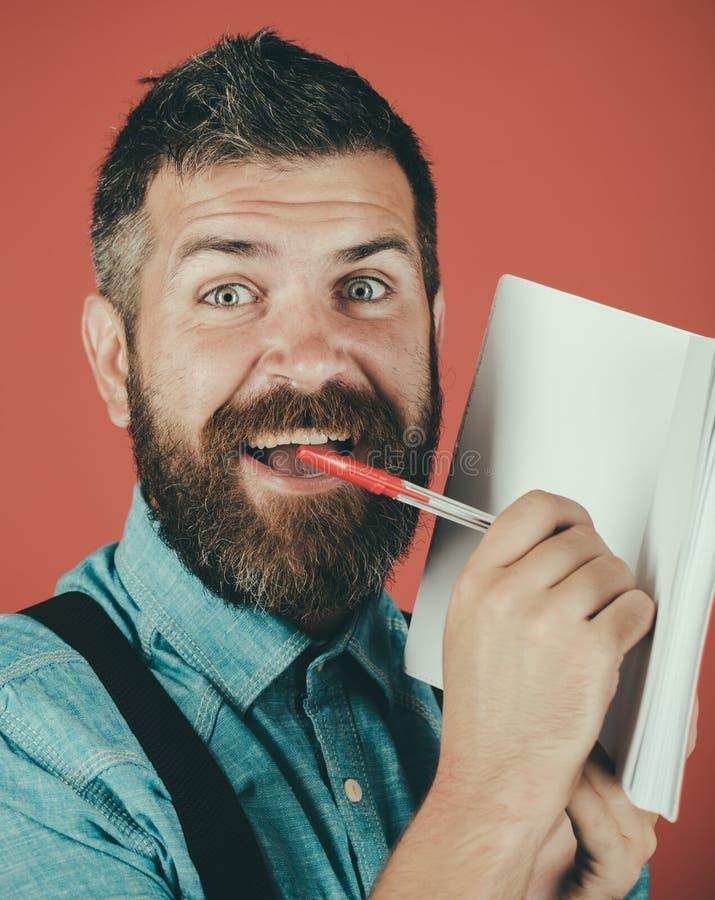 Grober kaukasischer Hippie mit dem Schnurrbart Bärtiger grober Mann Mann mit Bart Reifer Hippie mit Bart Glücklicher Mann stockbilder