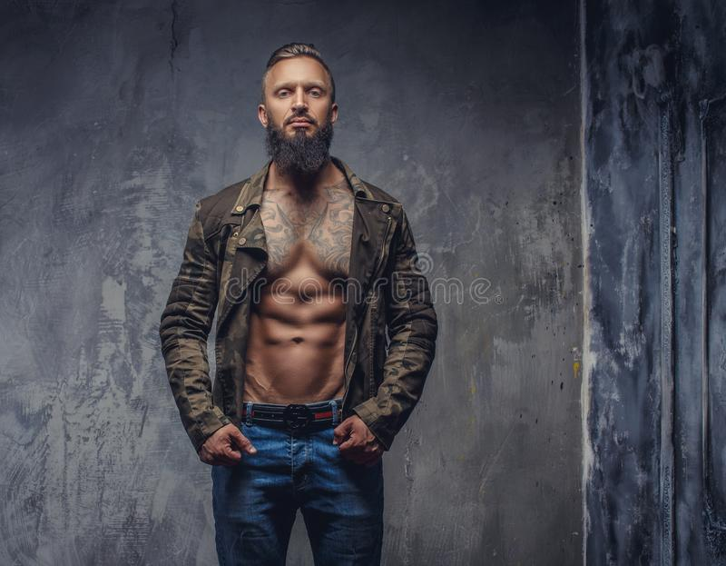 Grober zufälliger Kerl mit Bart lizenzfreies stockbild