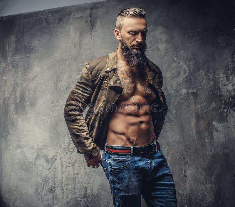 Grober zufälliger Kerl mit Bart lizenzfreie stockbilder