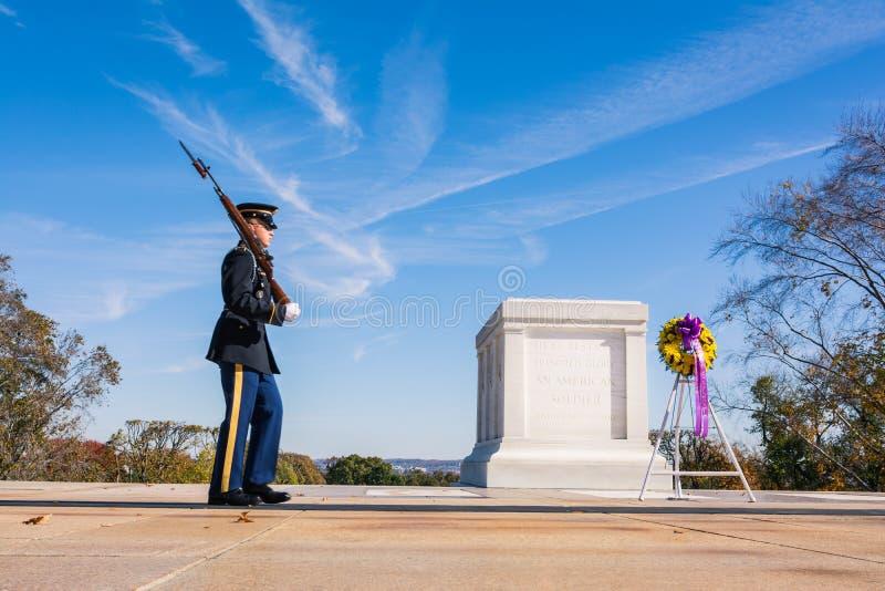 Grobowiec Niewiadomego żołnierza zbliżenia patrolu strażnika Listopadu 2016 b fotografia royalty free