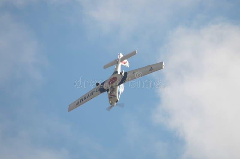 Grobprivé-leraar, R.A.F.-opleidingsvliegtuigen die in kunstvliegenlijn worden omgekeerd stock foto's