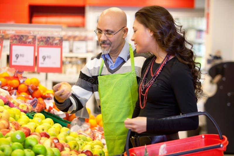 Grocer e cliente foto de stock royalty free