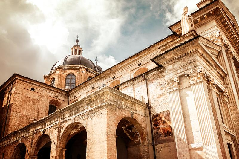 Grodasikt av domkyrkan av den medeltida staden av Urbino royaltyfri bild