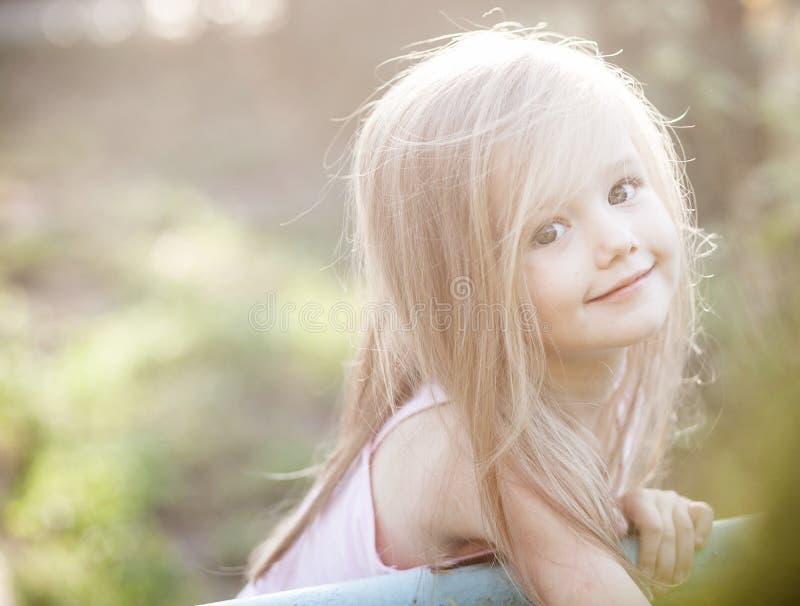 Groddväxt som växer från liten flickahänder arkivbilder