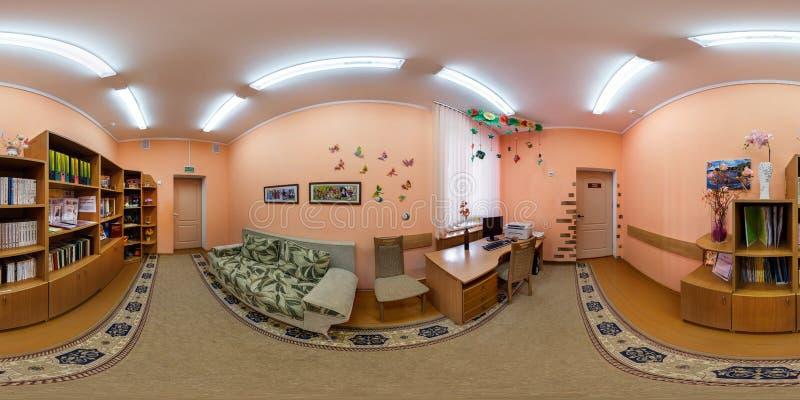 GRODNO, БЕЛАРУСЬ - ИЮЛЬ 2017: полностью безшовный взгляд угла панорамы 360 в интерьере начатой комнаты в детском саде внутри стоковые фотографии rf