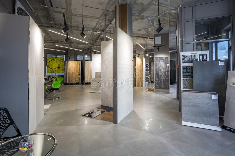 GRODNO, БЕЛАРУСЬ - ИЮНЬ 2019: внутренняя современная керамическая плитка и естественный каменный магазин стоковая фотография