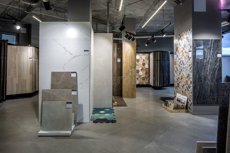 GRODNO, БЕЛАРУСЬ - ИЮНЬ 2019: внутренняя современная керамическая плитка и естественный каменный магазин стоковые фото