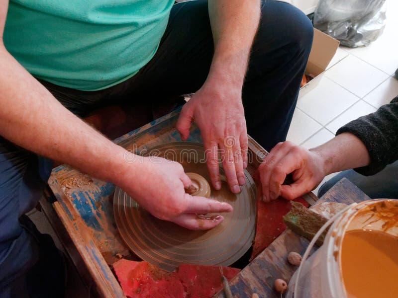 GRODNO, БЕЛАРУСЬ - 8-ОЕ МАРТА 2019: мастерский класс на гончарне стоковые фотографии rf