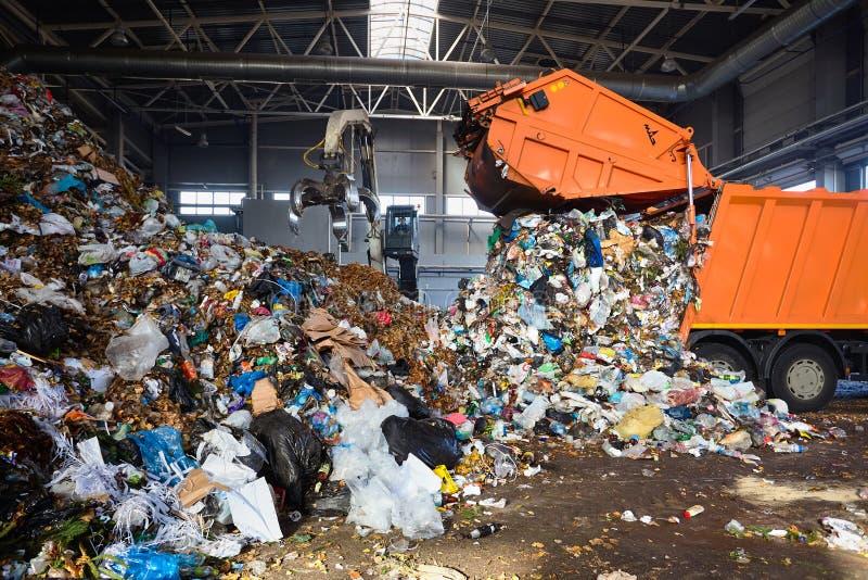 GRODNO, БЕЛАРУСЬ - ОКТЯБРЬ 2018: процесс завода по переработке вторичного сырья unloa стоковое фото rf