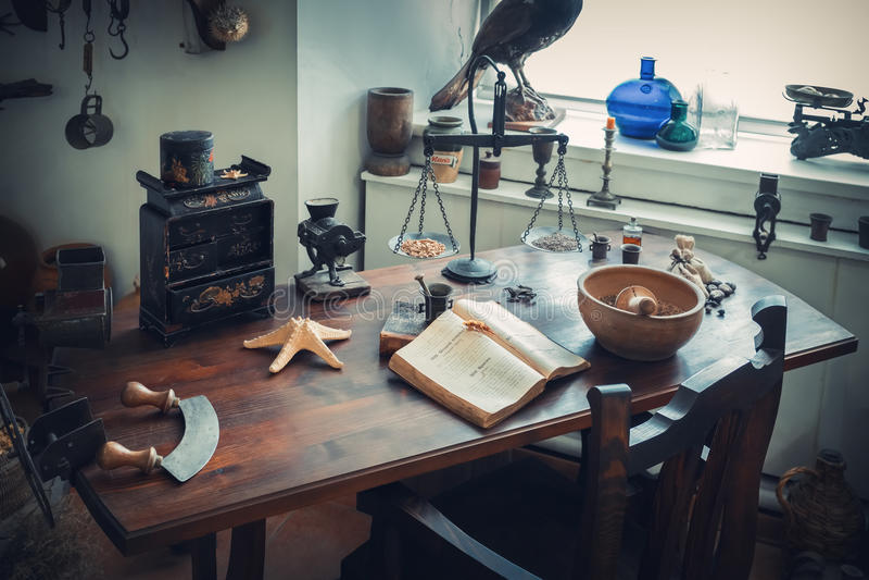 Grodno, Беларусь - 5-ое апреля 2017: таблица apothecary в музее фармации Grodno стоковая фотография