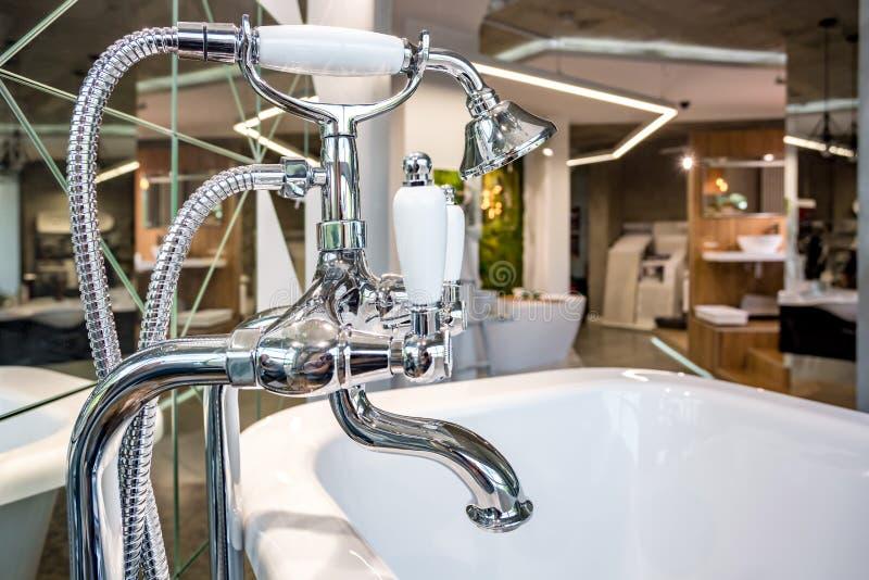 GRODNO, BELARÚS - SEPTIEMBRE DE 2019: interior interior en la sala de exposición de la élite fontanería imagen de archivo libre de regalías