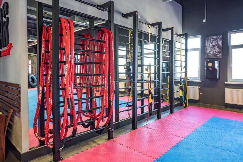GRODNO, BELARUS - AVRIL 2019 : Hall des arts martiaux avec l'anneau et les sacs de sable de combat dans le club moderne de combat photos libres de droits