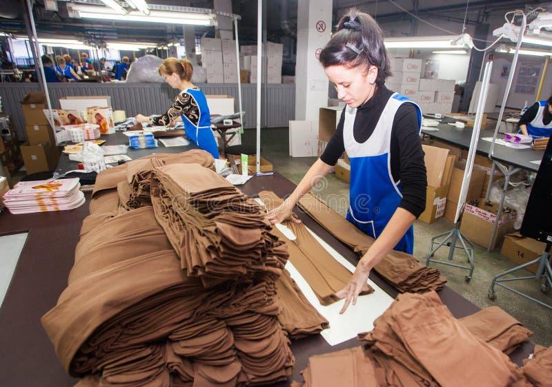 GRODNO, BELARUS - 13 DÉCEMBRE 2013 : les femmes à l'usine sur la production de la culotte arrose au jet images stock