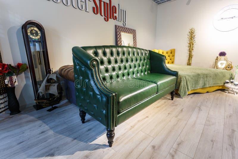 GRODNO, BELARUS - DECEMBER 2018: groene bank in chester - stijl voor elite loft interior in dure winkelshowroom voor meubels stock foto