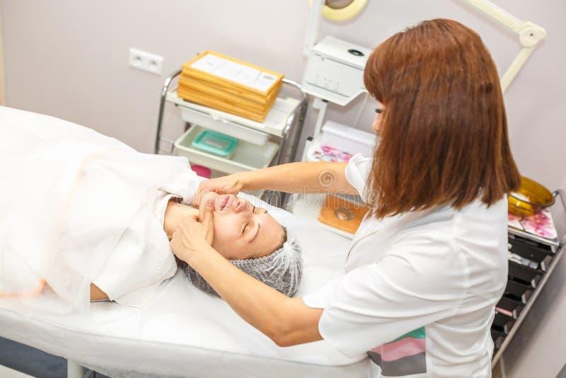 GRODNO, BELARUS - MAI 2018 : femme faisant le massage facial au salon de beauté image stock