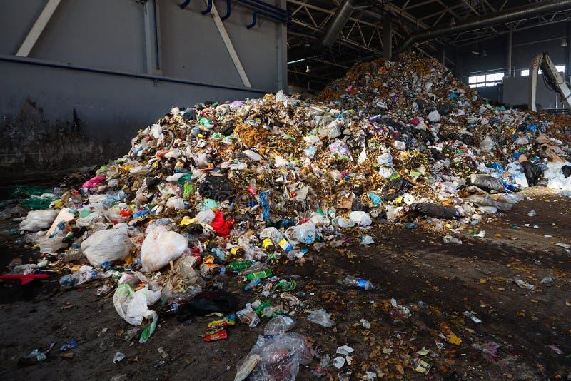GRODNO, BELARUS - OKTOBER 2018: Abfall in der Abfallbehandlungsanlage riesige Müllhalde, die zur Verladung zum Förderband für stockbild