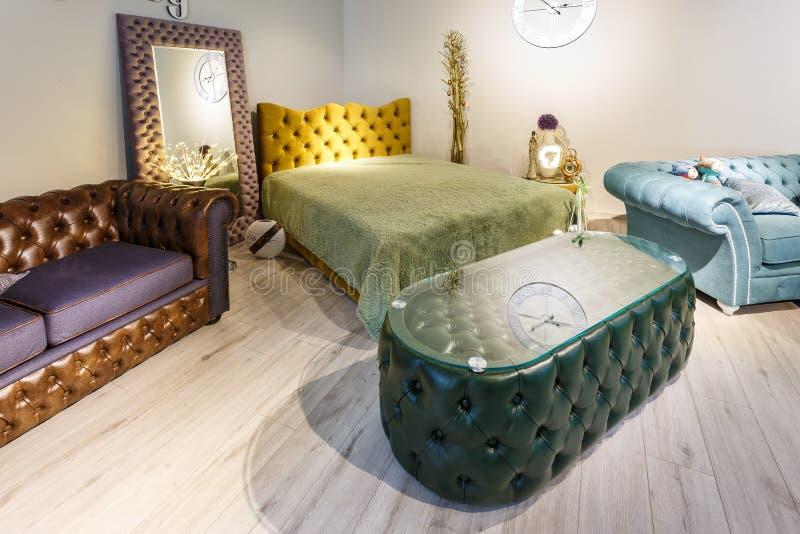 GRODNO BIAŁORUŚ, GRUDZIEŃ, - 2018: zielona skóra stołowa i brąz kanapa w Chester stylu dla elity loft wnętrza w drogim sklepie obrazy stock