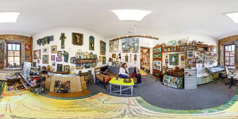 GRODNO BIAŁORUŚ, KWIECIEŃ, - 2019: Pełna bańczasta bezszwowa panorama 360 stopni kąta widoku w wnętrzu malarza studio z kotem 360 obrazy royalty free