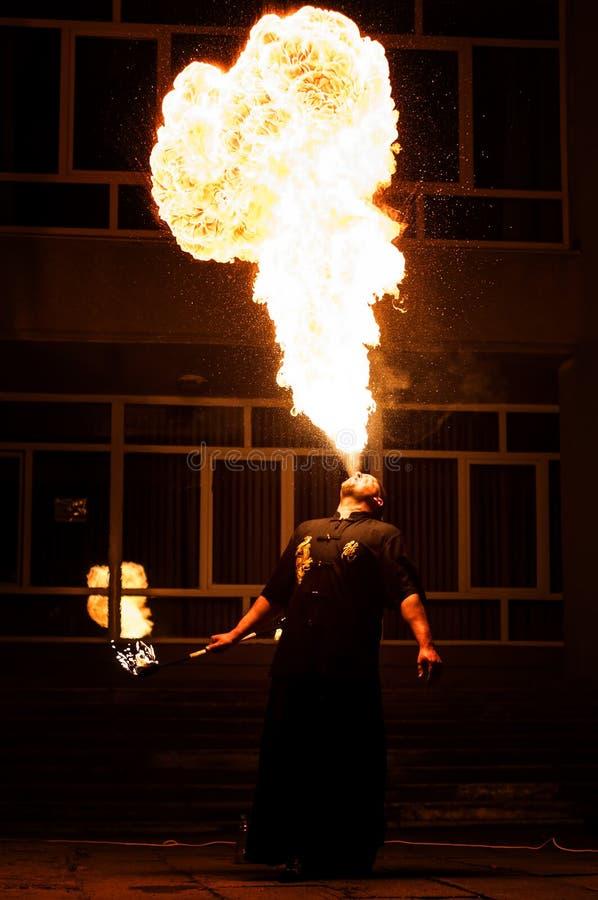 Grodno, Białoruś - Kwiecień, 30, 2012 pożarniczy przedstawienie, pożarniczy podmuchowy występ, tanczy z płomieniem, samiec mistrz zdjęcia stock
