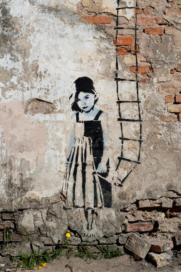 Grodno Białoruś, Maj, -, 2, 2012 schodów niebo Mała Dziewczynka z drabiną w jej ręce Uliczna sztuka, graffiti ściana zdjęcie stock