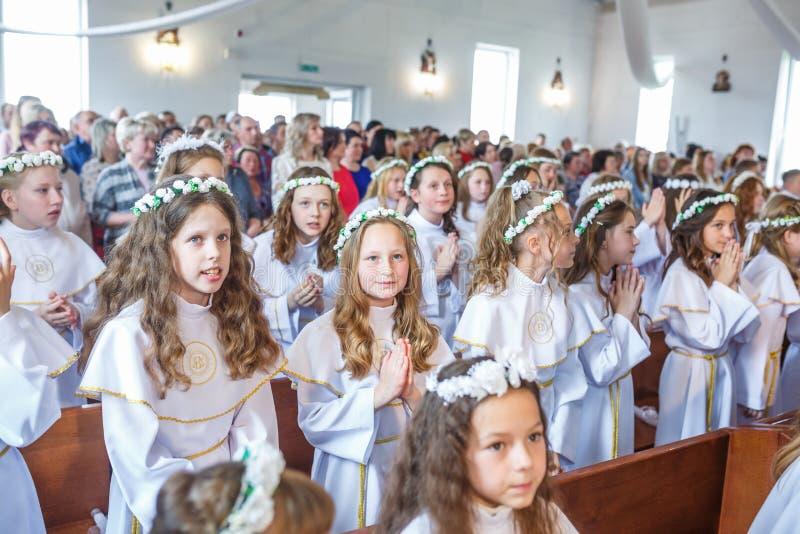 GRODNO BIA?ORU?, MAJ, - 2019: M?ode dzieci w ko?ci?? katolickim czeka? na pierwszy eucharist communion Mali anio?owie wewn?trz obrazy royalty free