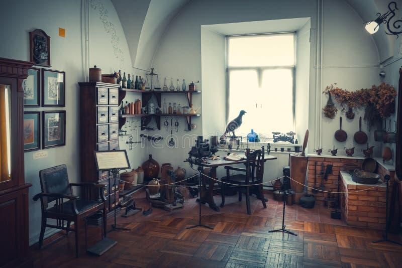 Grodno, Bielorrússia - 5 de abril de 2017: tabela, armário e shelfs do farmacêutico das drogas no museu da farmácia da cidade de  fotos de stock