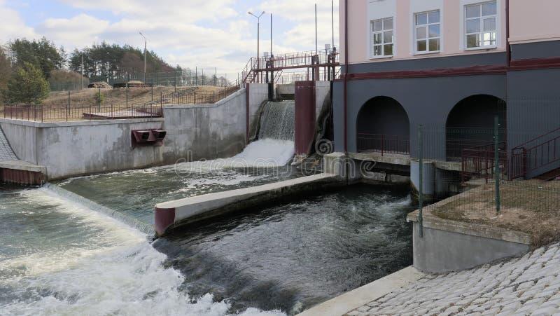 GRODNO, BIELORRÚSSIA - 2 DE MARÇO DE 2019: Hidro central elétrica em Ros River foto de stock royalty free