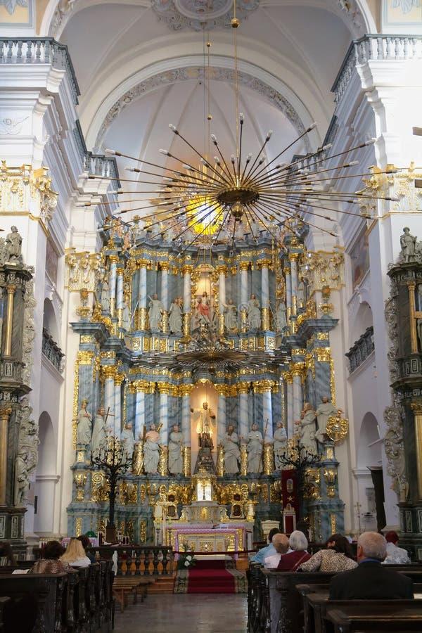 GRODNO, BIELORRÚSSIA - 2 DE SETEMBRO DE 2012: Interior com o altar fotografia de stock royalty free