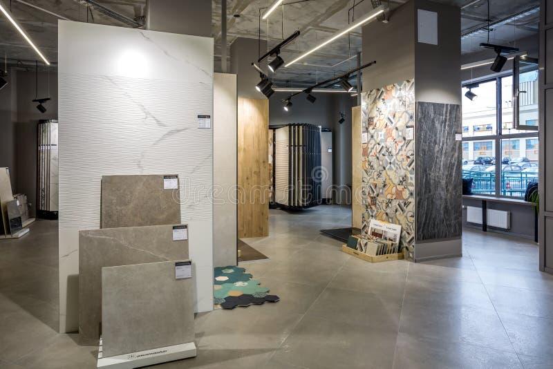 GRODNO, BIELORRÚSSIA - EM JUNHO DE 2019: azulejo moderno interior e loja de pedra natural fotos de stock
