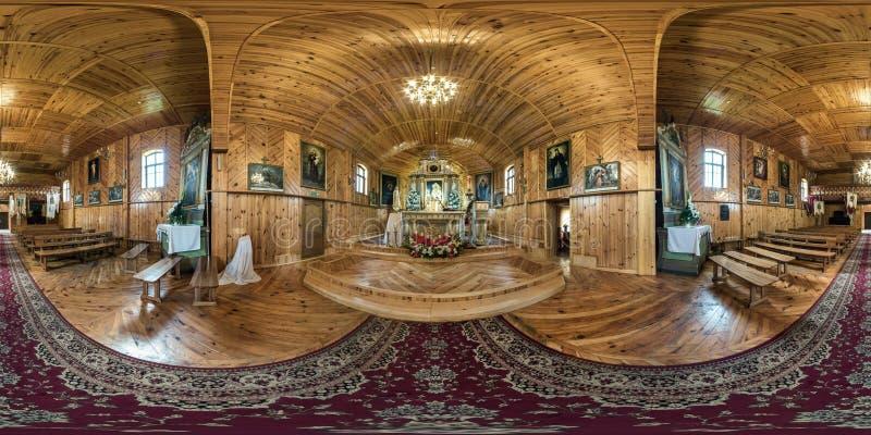 GRODNO, BIELORRÚSSIA - EM MAIO DE 2019: Panorama esférico sem emenda completo 360 do hdr na igreja Católica de madeira bonita int fotografia de stock