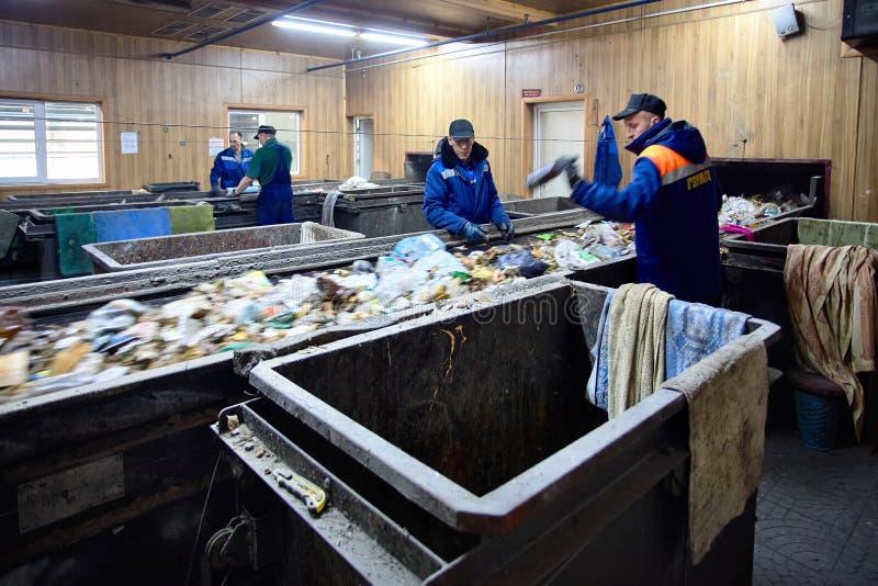 GRODNO, BIELORRUSIA - OCTUBRE DE 2018: Cuatro trabajadores en el trabajo del uniforme imagen de archivo libre de regalías