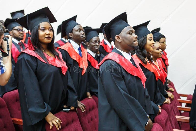 GRODNO, BIELORUSSIA - GIUGNO 2018: Studenti di medicina africani stranieri in cappucci accademici quadrati di graduazione ed impe immagini stock