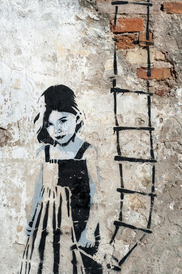 Grodno, Bielorussia - maggio, 2, 2012 scala a cielo Bambina con la scala in sua mano Arte della via, parete dei graffiti immagini stock