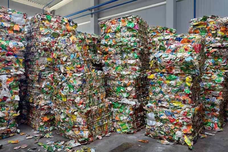 GRODNO, BIELORUSSIA - OTTOBRE 2018 balle di plastica di tetra pacchetti del succo di Pak nella pianta di trattamento dei rifiuti  fotografie stock