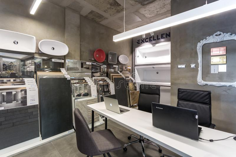 GRODNO VITRYSSLAND - DECEMBER, 2018: inom inre shoppa in visningslokalen av elitrörmokeri arkivfoto