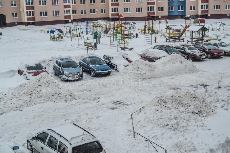 Grodno Vitryssland, 12 15 2012 finns det mycket insnöat gården av lägenhethuset, vänlig lokalvård av snön förbi fotografering för bildbyråer
