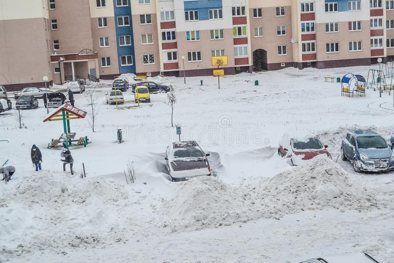 Grodno Vitryssland, 12 15 2012 finns det mycket insnöat gården av lägenhethuset, vänlig lokalvård av snön av hyresgäster fotografering för bildbyråer