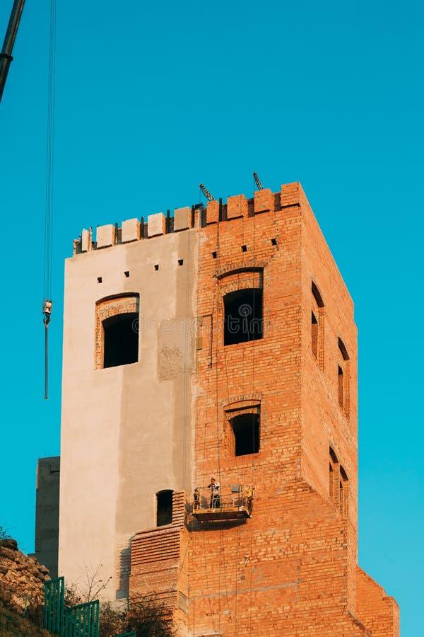Grodno, Vitryssland Vy över ny Hrodna-slott på höstdagen Rekonstruktionsarbete för att återställa tornet på det nya slottet arkivfoton